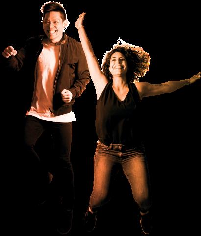 Deux personnes heureuses qui sautent